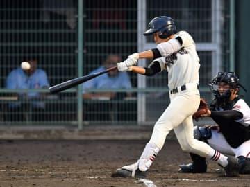 日大山形-一関学院 7回裏一関学院1死一、二塁、小綿が左前に適時打を放ち、6-5と勝ち越す。捕手町田=花巻