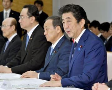 台風19号の関係閣僚会議であいさつする安倍首相=13日午前9時22分、首相官邸