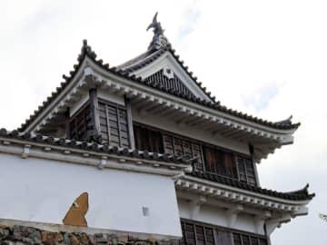 壁が剥がれ落ちた福知山城(京都府福知山市)