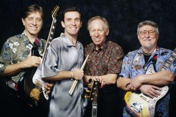 「ザ・ベンチャーズ」のメンバー。左端がジェリー・マギーさん=1999年、米ロサンゼルス(ゲッティ=共同)
