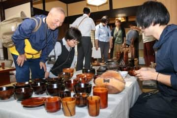 木製の椀やコップなどが並ぶ会場(東近江市蛭谷町)