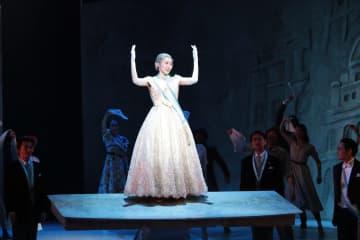 「エビータ」公開舞台稽古のワンシーン=相模原市、相模女子大グリーンホール