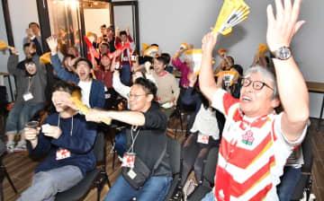 ラグビーW杯で日本の勝ち越しトライに喜びを爆発させる福井県内のファン=10月13日夜、鯖江市三六町1丁目