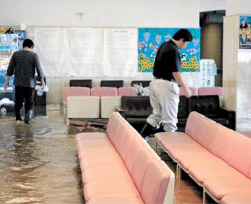診察室や待合ホールなど1階フロアが床上浸水した丸森町国民健康保険丸森病院=13日午後3時10分ごろ