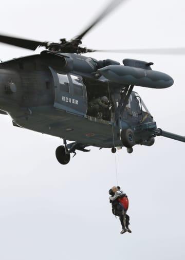 台風19号による大雨で浸水した地区からヘリコプターで救助される住民=14日午前8時15分、長野市