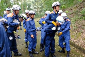 山岳遭難での負傷者を搬送する方法を訓練する南丹署員と園部消防署員ら(京都府南丹市園部町)