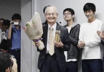 ノーベル化学賞受賞決定後初めての名城大での講義で、花束を手にする旭化成の吉野彰名誉フェロー=14日、名古屋市