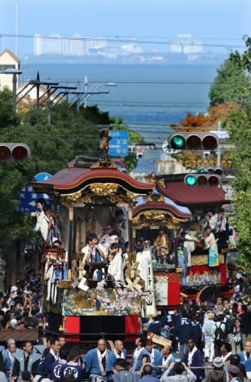 巡行する大津祭の曳山の列(13日午後1時48分、大津市京町3丁目から北東を望む)