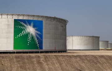 サウジアラビア東部アブカイクにあるサウジアラムコの石油タンク=12日(ロイター=共同)