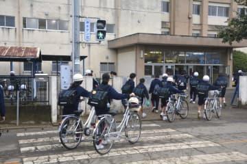 浸水被害があった栃木県栃木市立栃木西中に登校する生徒たち=15日午前
