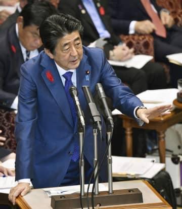 参院予算委で答弁する安倍首相=15日午前