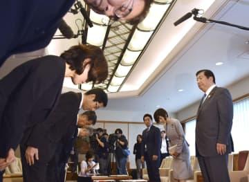 教諭いじめ問題を巡り、神戸市教育委員会の長田淳教育長(左手前から3人目)らと面談する文部科学省の亀岡偉民副大臣(右端)=15日、神戸市役所