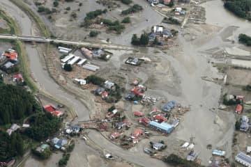 泥水に埋もれたままの宮城県丸森町の住宅地=15日午前10時17分(共同通信社ヘリから)