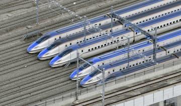 JR東日本の長野新幹線車両センターに並ぶ北陸新幹線の車両。周囲の水は引いていた=10月15日午前9時50分、長野県長野市(共同通信社ヘリから)