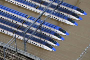 台風19号による大雨で水に漬かった車両基地に並ぶ新幹線=10月13日午前8時6分、長野県長野市赤沼(共同通信社ヘリから)