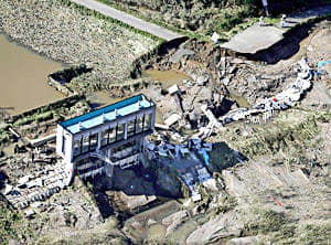 台風19号の大雨で阿武隈川が氾濫し、決壊した堤防=15日午前9時11分、須賀川市(共同通信社ヘリから)