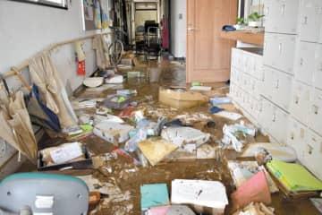 泥水のぬかるみが残り、物が散乱している障害者支援施設「初雁の家」=15日午前11時ごろ、川越市平塚新田