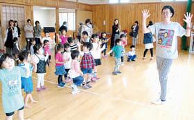 パーツ・イシバさん(右)とダンスを楽しむ子どもたち
