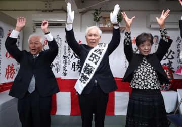無投票で3選を決め万歳する吉田氏(中央)=15日午後5時11分、時津町浦郷の選挙事務所