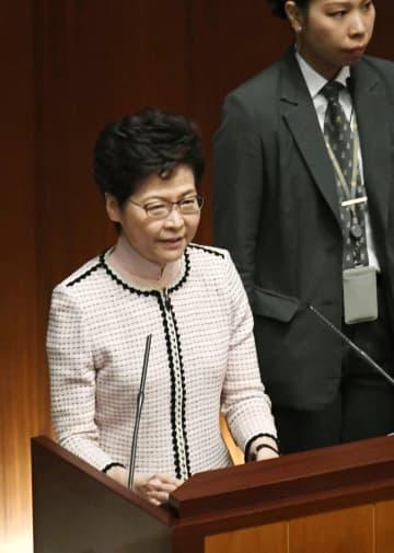 香港の立法会で「施政報告」に臨む林鄭月娥行政長官=16日(共同)