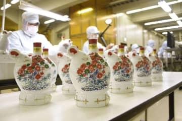 来年のえとのねずみをかたどった陶器ボトル入りウイスキー=16日、大阪府島本町