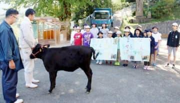 ちや子を前に千屋牛追唄を披露する児童たち
