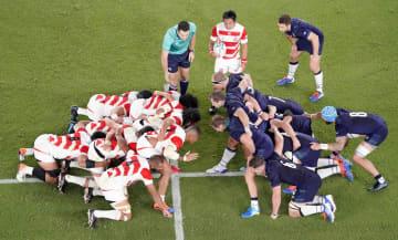 スコットランド戦でスクラムを組む日本代表(左側)=日産スタジアム