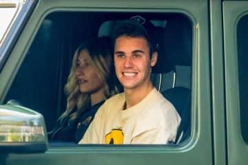 14日、妻ヘイリーを乗せて運転しているところをキャッチされたビーバー(写真:Backgrid/アフロ)
