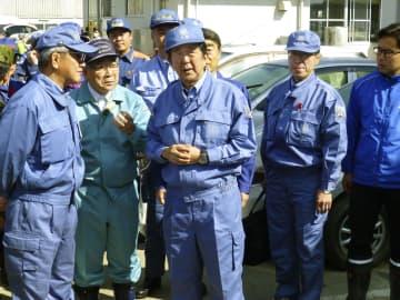 福島県郡山市で被災現場を視察する安倍首相(中央)=17日午前