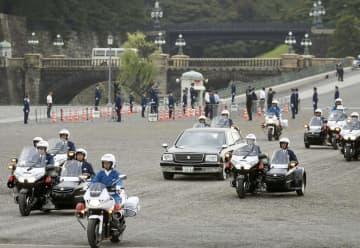 6日に行われた即位祝賀パレードのリハーサルで、皇居前広場を進む車列=東京都千代田区
