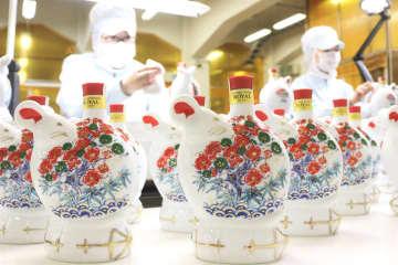 ネズミをモチーフにした華やかな陶製ボトル(大阪府島本町・サントリー山崎蒸留所)