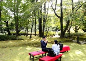 庭園を眺めながらコーヒーや団子を味わう来園者=10月15日、福井県福井市の養浩館庭園
