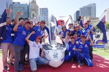 ソーラーカーレース「ワールド・ソーラー・チャレンジ」で2位でゴールした東海大チーム=17日、アデレード(共同)