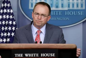 ホワイトハウスで記者会見に臨むマルバニー大統領首席補佐官代行=17日、ワシントン(ロイター=共同)