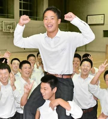 広島から6位指名を受け、チームメートから祝福される玉村昇悟投手=10月17日、福井県越前町の丹生高校