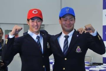 明大の森下暢仁(左)は広島が1位指名、伊勢大夢はDeNAが3位指名となった【写真:篠崎有理枝】