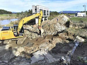 雨を控え、阿武隈川の堤防決壊現場で進む復旧作業=17日午後2時21分ごろ、須賀川市浜尾