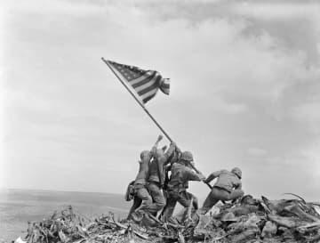 1945年2月、米海兵隊が硫黄島の摺鉢山に星条旗を掲揚する姿をとらえた写真(AP=共同)