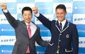 1位指名のあいさつを終え、阪神の矢野燿大監督(左)とガッツポーズする西純矢投手=創志学園高