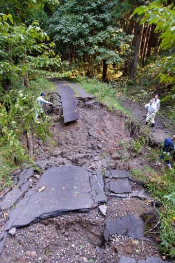 大雨で路盤が流失した林道=15日、野田村