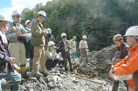 最初に公開された現場には多くの報道陣が大発見を取材するため集まった=2013年9月