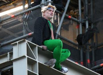 英国会議事堂の大時計「ビッグベン」の足場に登った男=18日、ロンドン(ゲッティ=共同)