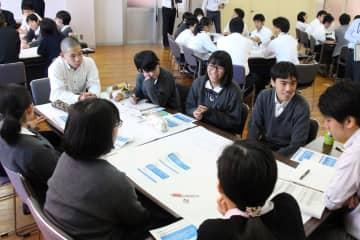 県の人口減少対策などについて議論する高校生ら=長崎市、瓊浦高