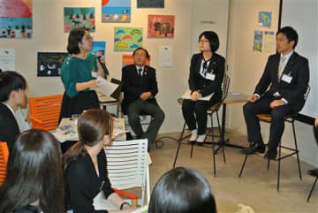 Uターン就職について学生たち(左側)から盛んに質問が出たあおもりチャレンジゼミ=東京・池袋