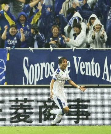 【浦和―大分】試合終了間際、決勝ゴールを決め駆けだす大分・後藤と、喜ぶスタンドのサポーター=埼玉スタジアム