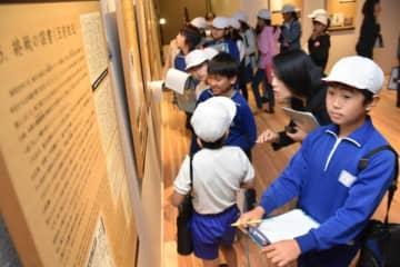 「平和のギャラリー」に展示されたパネルを鑑賞する児童たち