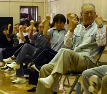 シルバーリハビリ体操に取り組む岩手町の高齢者