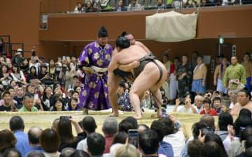京都場所で白鵬に寄り切りで勝った鶴竜(奥) =島津アリーナ京都