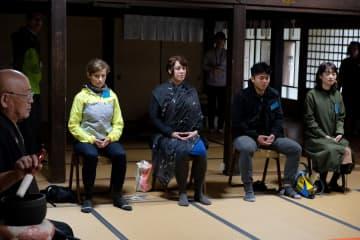 玉雲寺で座禅を体験する外国人ら(京丹波町森)