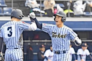 【駿台甲府-東海大相模】1回、満塁ホームランを放ち、ほえる加藤=上毛新聞敷島球場